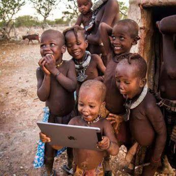 Esta claro que la tecnología llega a todos los lugares del mundo, estos niños africanos parecen encantados con la visión de una tablet en funcionamiento.