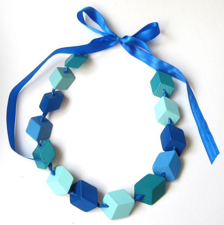 Modro-tyrkysový náhrdelník CUBEless je nevšední, originální, výrazný náhrdelník, který vytváří optický klam, na první pohled vidíte kostky, ale ne ten druhý... ;) Je ručně vyráběný ze dřeva, k barvení používáme barvy na dětský nábytek. Korálky jsou pak navléknuté na saténové stužce, zavazování je na mašli. Díky tomu lze náhrdelník nosit dlouhý jako ...