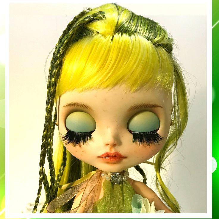 Parte de la serie a medida Blythe muñeca de Christinedolls. Equipo: -Factory Blythe con el pelo verde original -Vestido en gasa listo vestido verde hecho con agregado de bolas de plata y collar jewerlly. -Verde y blanco media de Littlemagicalshop -Zapatos hecho a mano. Trabajo realizado: -Tallada boca, ojos y nariz -Ojos de dormir -4 nuevos eyechips -2 nuevo tire anillos (tirar un poco dura debido a la naturaleza del material de la cadena -nuevas pestañas realistas -Mate arena -Mano las…