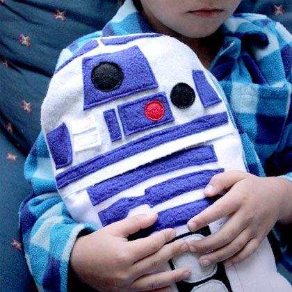 R2-D2 helps your little ones warm up with this hot water bottle cover.