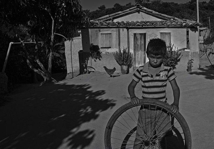 """""""Do Pó da Terra"""", fotografias sobre a história das ceramistas do Vale do Jequitinhonha, em Minas Gerais, Brasil. Reginaldo, da Cidade de Caraí.  Fotografia: Maurício Nahas.  http://gshow.globo.com/tv/noticia/2016/09/mauricio-nahas-mostra-imagens-marcantes-de-sua-carreira-no-telao-do-domingao.html"""