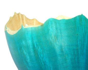 Questo nave/cestino di legno piccolo è stato trasformato da legno di sicomoro. Esso è stato strutturato pesantemente per rivelare il poro aperto e creare un look quasi tessuto al pezzo. Suo un grande piccolo pezzo decorativo per qualsiasi stanza della casa. Portare un po blu nella vostra vita ed è sicuro di mettere un sorriso sul tuo viso. Grazie per la ricerca.  Questo lavoro misura * 3,5 alto da 3,5 di diametro.  È finito con olio minerale  * * Se, al momento della spedizione, costi di…