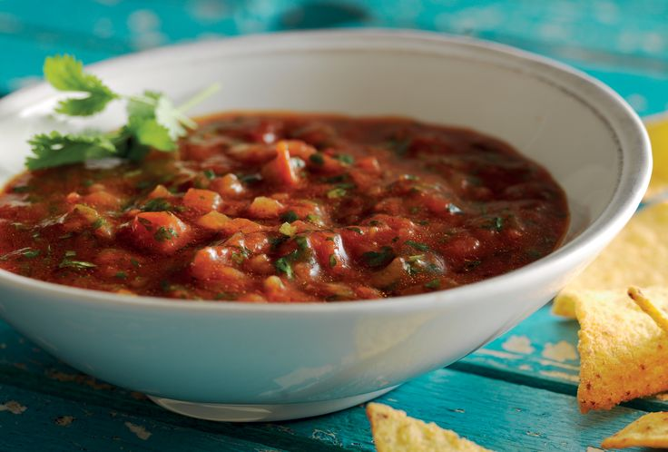 Med koriander, tomat og lime lager du en kjapp dip. Passer like godt til scacksbordet som til skalldyr.