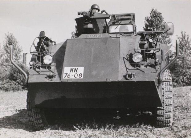 Voorzijde van de DAF YP 408 PWI- S-Gr  voor het vervoer van infanteristen onder pantser. De rookbussen op de voorspatborden zijn goed zichtbaar. De zware mitrailleur op de bovenzijde van het voertuig is verwijderd. De affuit met de houder voor de munitie-kist is duidelijk te zien. Begin jaren 90 uitgefaseerd.