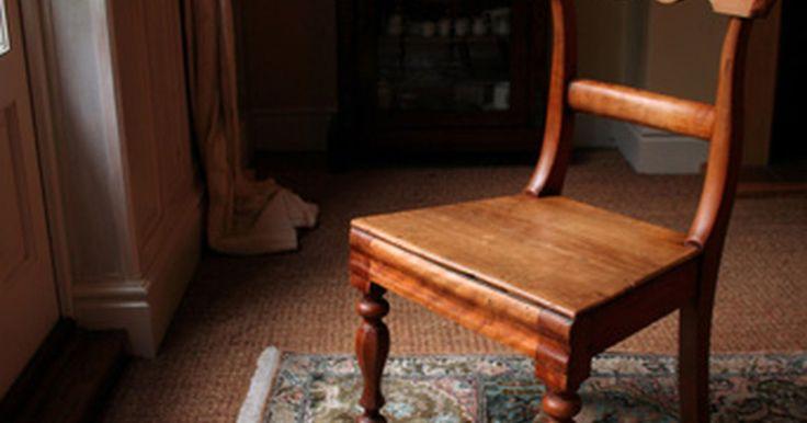 Como lavar manualmente tapetes orientais. Carpetes e tapetes orientais autênticos são tecidos e entrelaçados manualmente em várias regiões do mundo, especialmente no Oriente Médio e na Ásia. Esses tapetes são sempre feitos de lã, em vez de náilon ou polipropileno, variando de preço, do mais acessível ao mais caro, mas são surpreendentemente fáceis de limpar. Você poderá mantê-los limpos ...