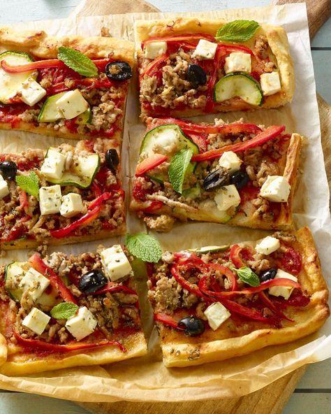 Griekse pizza met gehakt, munt en feta