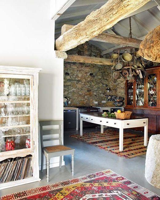 A modern térszerkezet, a rusztikus bútorok, a design kiegészítők és a hagyományos portugál textíliák kavalkádja igazi egységet alkot.