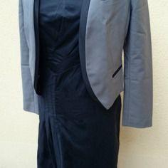 Robe noire effets de plis, longueur sous genoux, décolleté ras du cou