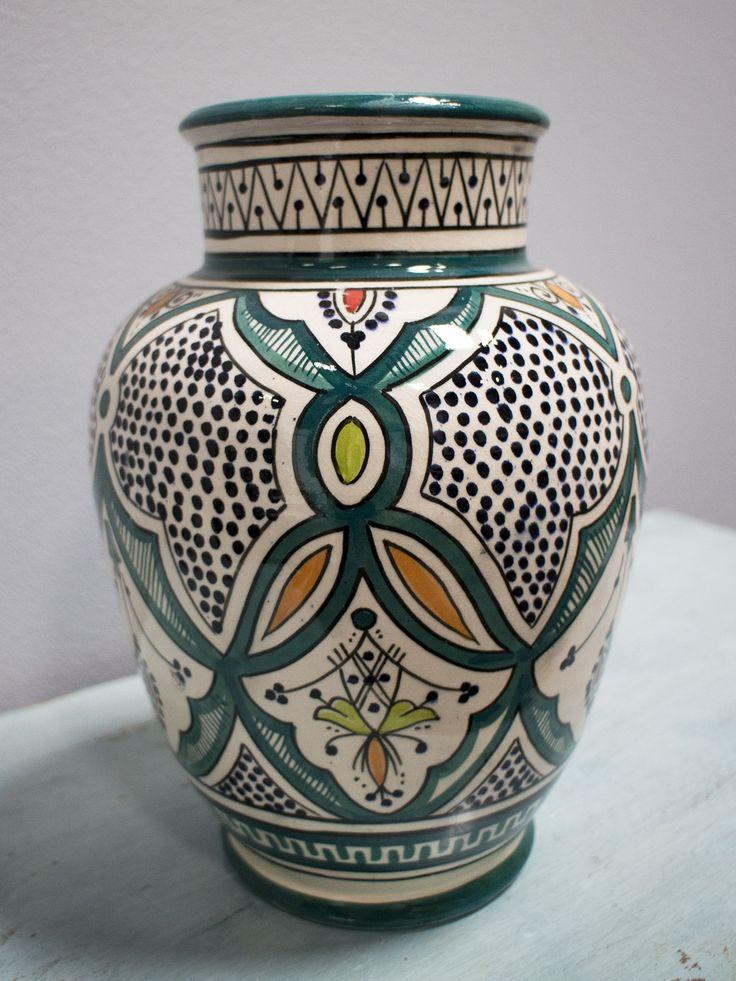 Vacker vas/urna i marockansk keramik från Rif Design. Urnan är handgjord i Marocko och har ett vackert mönster som målats för hand i mörkgrönt, svart, orange och ljusgrönt. En vacker inredningsdetalj till ditt hem, superfin att bara ha stående som den är eller att placera fredagsbuketten i. Finns även i grönt!