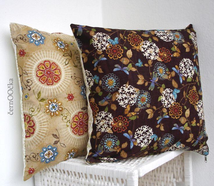 povlak na polštář - Motýli - 41x41cm Bavlněné povlaky na polštáře z kolekce MOTÝLI. ....z nádherné, designové bavlny z jedné kolekce...v kombinaci s krásnou, vzorovanou, českou bavlnou. VZOR: přední díl - čokoládově hnědá designová bavlna s motýli, vážkami, květinami, lístečkami...  zadní díl - smetanová s béžovým vzorem  ...
