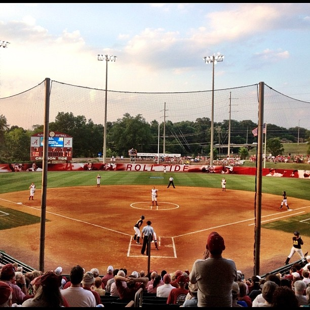 This is Alabama softball! Roll Tide! This is my dream school I would love to play softball there!(: