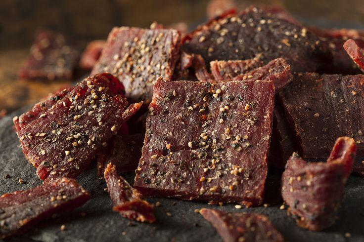 Kött är en brakälla till protein, men desto bättre är protein som är lättillgängligt – som torkat kött. Följ de här stegen för att göra din egna beef jerky hemma i köket. 1, Välj ut en mager bit kött, till exempel entrecote,flankstek, vildsvin, älg eller hjort. Vill du mixa upp det ytterligare ett steg så …