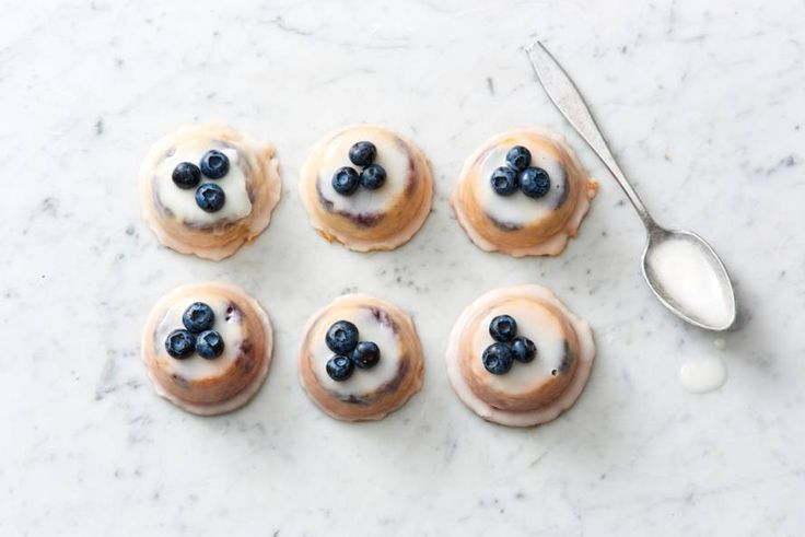 De naam verklapt het al: deze cakejes doen het fantastisch bij een kop thee.  Teacakes met citroen, blauwe bessen en amandel van Ottolenghi - Recept - Allerhande