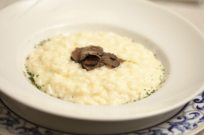 """È più prezioso il tartufo o lo champagne? Per noi è più prezioso il nostro risotto """"Canova"""" con champagne e tartufo. Provalo con la provola e ci dirai. #risotto #provola #tartufo #champagne #daCanova #piazzadelpopolo #pranzo #cena #ristorante #cucinaitaliana #risottocanova"""