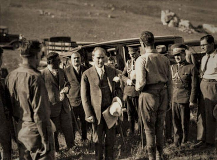Gazi Mustafa Kemal, Ankara Haymana yakınlarındaki Gavurkale'de kazıyı yöneten Alman arkeologdan bilgi alırken. Ankara, 31 Mayıs 1930 ENG When Gazi Mustafa Kemal was getting information from German archaeologist who manage a excavation in Gavurkale nearby Ankara Haymana. Ankara, 31st of May 1930