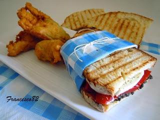 Panini con mozzarella, falde di peperone, patè di olive piccanti e fiori di zucca all' acciuga e noci