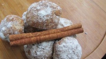 Tarçın geleneksel tatlılarımızda, yemeklerimizde çok sık kullanılan bir baharat. Tarçınla birçok tatlı ve unlu yiyecek yapabilirsiniz. Tarçınlı kurabiye de