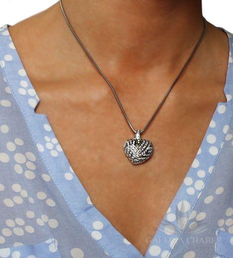Przepiękne serce wykonane ze srebra próby 925, rodowane. Wyrób wysadzany Cyrkoniami w kolorze białym. Tył serca ażurowy, bardzo starannie wykonany. Całość o długości około 2,7 cm, szerokości około 2,3 cm.