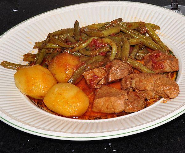 Grieks recept voor sperzieboontjes met varkensvlees | Griekse sperziebonenschotel | Griekse gerechten en recepten