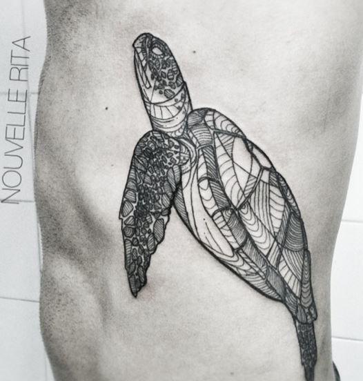 une tortue tatouée par nouvelle rita