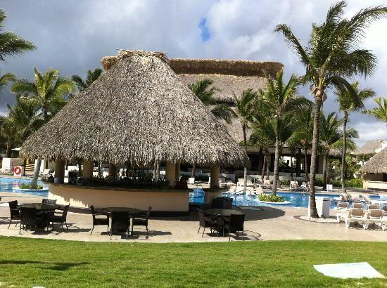 Hard Rock Hotel & Casino Punta Cana: Isla Pool Bar and Isla restaurant in the back