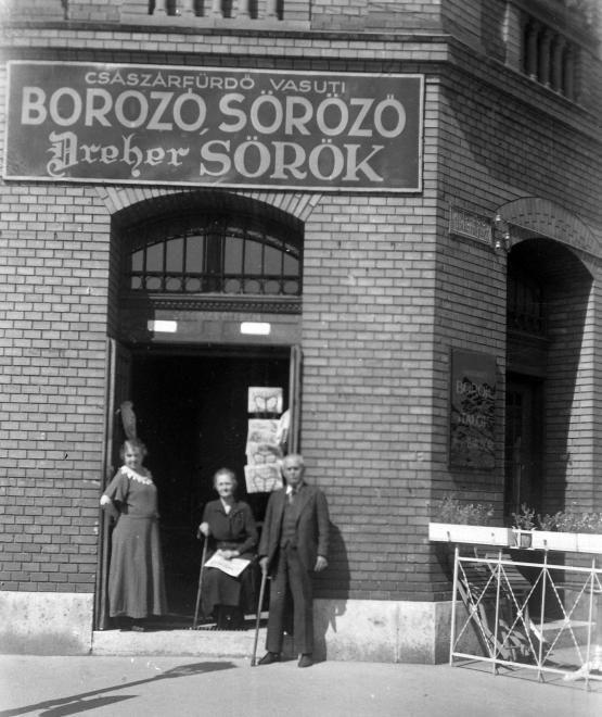 Buda-Császárfürdő vasútállomás, resti bejárat az Árpád Fejedelem útja (Újlaki rakpart) - Komjádi Béla (Zátony, később Monitor) utca sarkán.