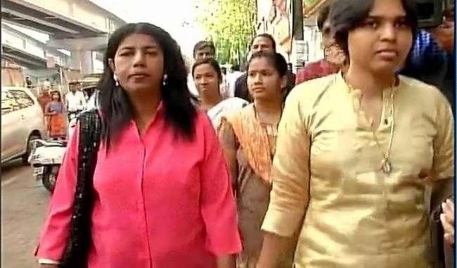 Women campaigners stopped at Shani Shingnapur temple - http://thehawkindia.com/news/women-campaigners-stopped-at-shani-shingnapur-temple/