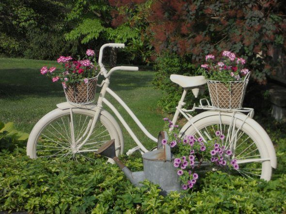 Φυτά σε παλιά ποδήλατα-καρότσια