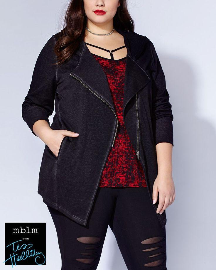 Rivalisez d'originalité dans cette veste tendance de la collection mblm par Tess Holliday! Fait d'un mélange de coton super doux, elle possède un capuchon, des manches longues, une fermeture éclair asymétrique et des poches latérales. Son style perfecto en fait un vêtement parfait à coordonner à un jean. Longueur : 34 po à l'avant, 31 po au dos