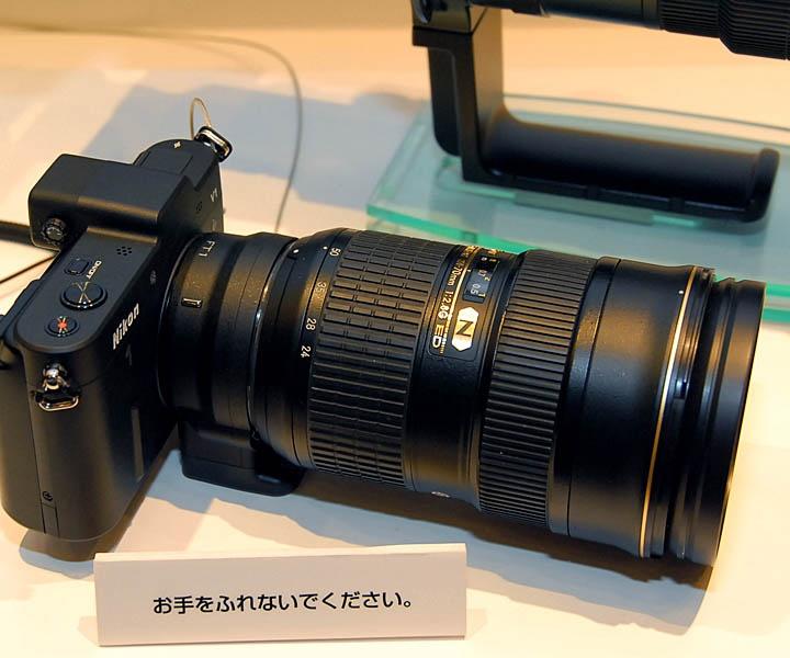 Nikon 1 V1にFT1を使ってAF-S 24-70mm f/2.8Gを装着した状態。FT1を使うことで、これまでに発売された数多くのレンズ資産が利用できる