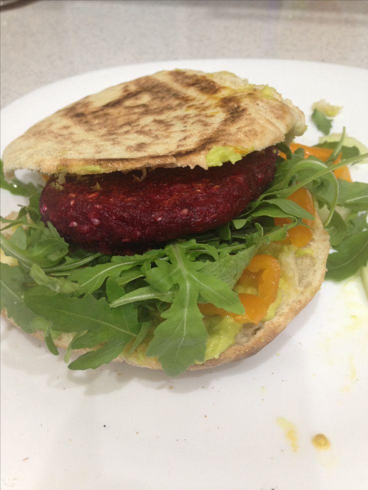 Vegburger di barbabietola e gambo di broccolo siciliano