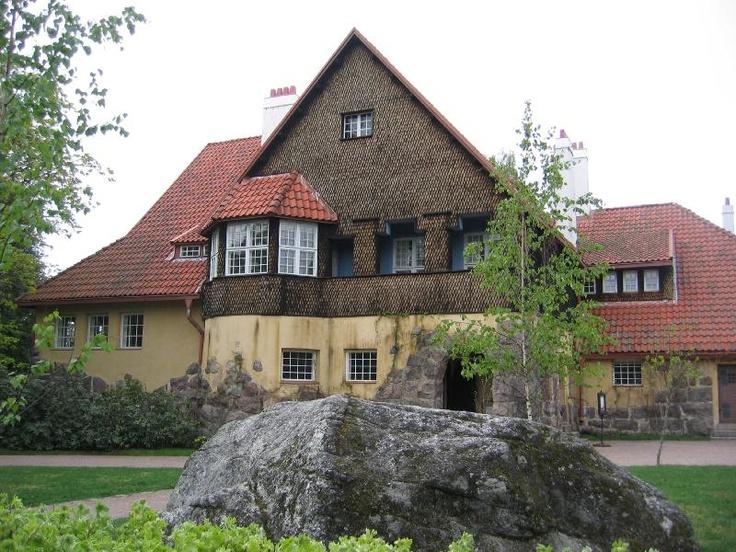 Eliel Saarinen's Hvittrask - Hvitträskin rakennuttivat vuosina 1901-1903 arkkitehdit Herman Gesellius, Armas Lindgren ja Eliel Saarinen. Kansallisromanttiseen tyyliin rakennetussa päärakennuksessa oli sekä yhteinen arkkitehtitoimisto että Saarisen ja Lindgrenin perheiden kodit.Vaikka Arkkitehtitoimisto Gesellius-Lindgren-Saarinen lopetti toimintansa jo vuoden 1904-1905 vaihteessa, toimi ateljee arkkitehtitoimistona 1920-luvulle saakka.
