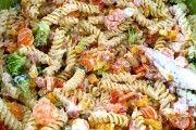 Na moje narozeniny jsem pohostila hosty jednoduchým těstovinovým salátem. Každý si ho chválil, je chutný, rychlý a jednoduchý na přípravu. Autor: Mineralka