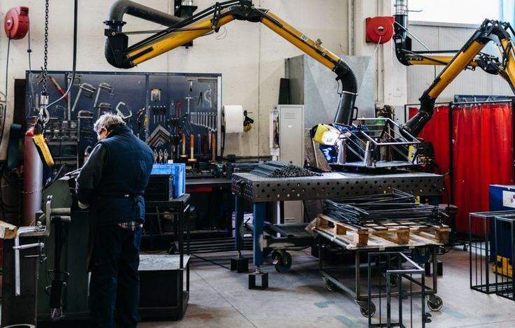 Dentro l'azienda: al lavoro nella divisione Artisan, saldature manuali.  #artisan #arredamento #arredonegozi   A Look Inside the Company: metalworking craft. #retail #furniture #handicraft.