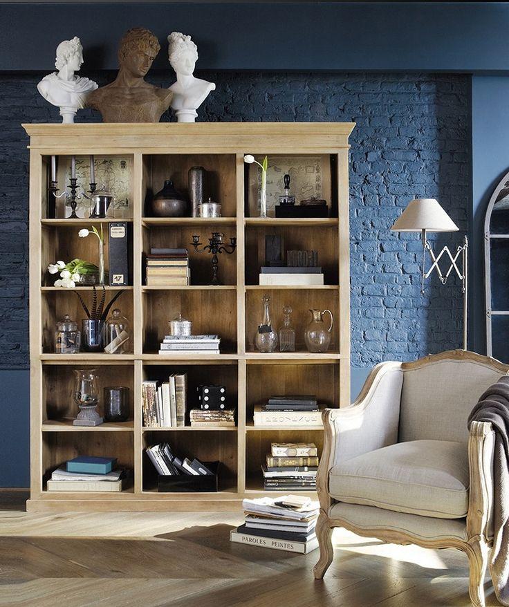 Une bibliothèque classique en bois pour un salon élégant