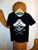 "DISEÑO ""PIRATE 1"" SOBRE CAMISETA MANGA CORTA COLOR NEGRA."