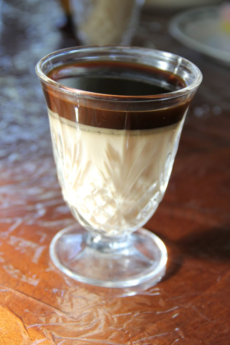 кофейный десертик (АТАКА): 1 ст.л. желатина, 6 ст.л. холодной воды, 2 ч.л. растворимого кофе или эспрессо, 2-3 ч.л. зам.сахара, 500г. обезжиренного йогурта или quark cheese, 1 сырой яичный желток (по желанию).  *Для кофе-желе*: 1/2 ст.л. желатина, 1 ст. воды, 4 ч.л. растворимого кофе, 2-3 ч.л. подсладителя. **Приготовление**  основа (нижний слой): 1.Положить желатин в мисочку и залить 6 ст.л. холодной водой, дать постоять 5 мин. Что бы желатин растворился, поставить его в микроволновку на 40…