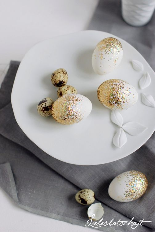"""Glamorous Easter heißt es auf Joannas Blog """"Liebesbotschaft"""". Diese glitzernden Ostereier sind ganz einfach selber zu machen.  #DIY #Ostern #Dekoration"""