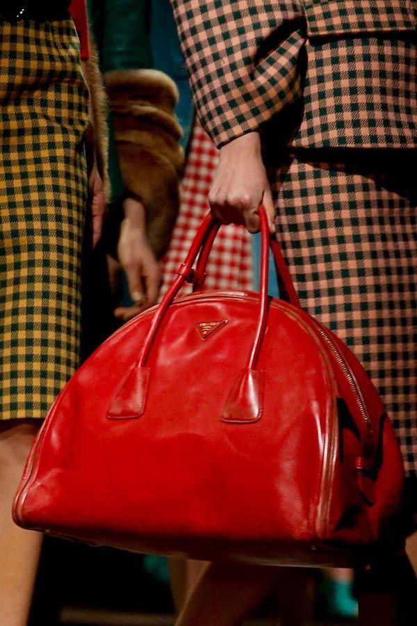 Azul, rojo y amarillo: Las claves de un look en tendencia Bolso de Prada otoño-invierno 2013