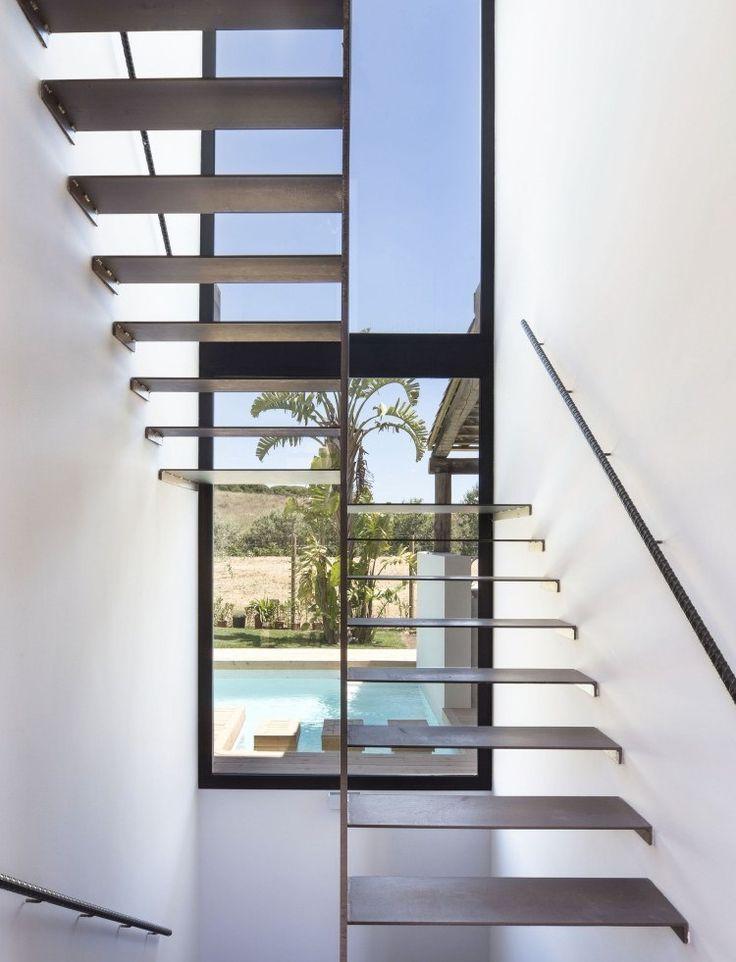 escalier demi-tournant avec palier, marches et main courante en métal