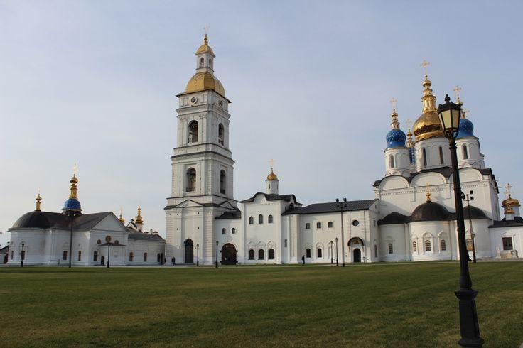 Для меня стало открытием, что город Тобольск является третьей, Сибирской столицей государства Российского наравне с Москвой и Санкт-Петербургом. Так было до революции 1917 года. В советское время Тобольск об этом забыли. А в 1994 году на государственном уровне статус Сибирской столицы России Тобольску вернули. Сейчас Тобольск активно строится, возрождаются исторические и культурные объекты.