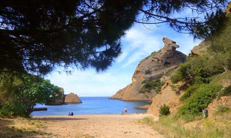 La plage de la Calanque de Figuerolles est une magnifique crique de galets située sur la commune de La Ciotat. Le turquoise de la mer s'y mélange avec la couleur presque marron des falaises. Résultat: le cadre est à couper le souffle et ne ressemble guère aux paysages provençaux et même à ses voisines, les