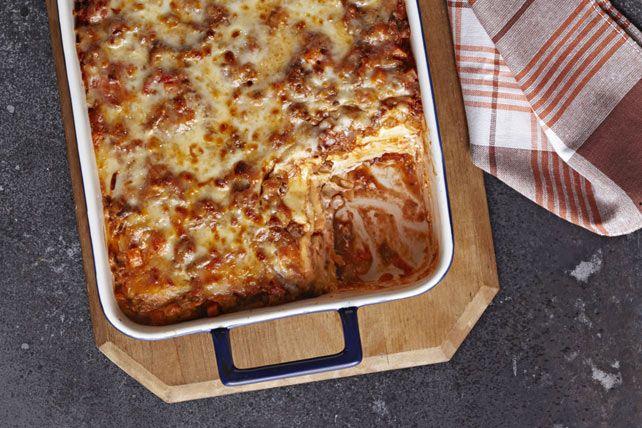 Cette délicieuse lasagne nouveau genre est faite à partir de raviolis au fromage surgelés, ce qui vous évite d