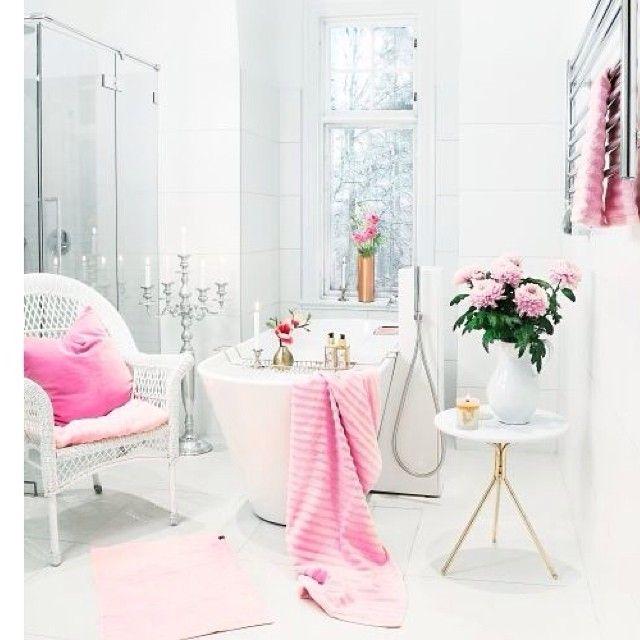 Девичья ванная комната #ванна #душ #дизайн #декор #стиль #стол #розовый #белый #кресло #идеи #вдохновение #светлый #окно #декорирование #девичья #канделябр #цветы #kashtanovacom #design #interior #романтичный #нежный #цвет