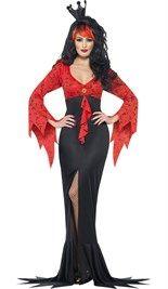 Halloween vampier kostuum bestaande uit de lange rood met zwarte jurk met vleermuizen opdruk op het rode gedeelte en een split aan de voorkant.
