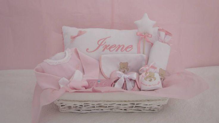 """Inspirada en suaves nubes de algodón. Piqué blanco y ropita y detalles en dulce rosa. De su abuela a su primera nieta, con muchísima ilusión. Algo para ahora y algo para siempre. Cesta de bienvenida """" La Nena Le Monde"""""""