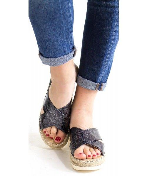Sandalo intrecciato con suola a contrasto disponibile in oro, argento e nero.