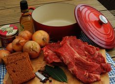 Een bekend streekgerecht uit de provincie Limburg is Limburgs zoervleisj of zuurvlees. Een stoofschotel met azijn, appelstroop en natuurlijk ontbijtkoek.