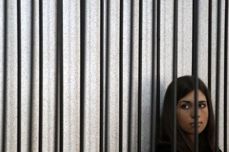 Nadejda Tolokonnikova dans une cellule, attendant de pouvoir prendre la parole devant la cour suprême de Mordovie, en juillet 2013. | NT Pussy Riot girl is slim already, can she stand a hunger strike till July 2013 ? Old ex-nazis get a better deal, when their health fails.