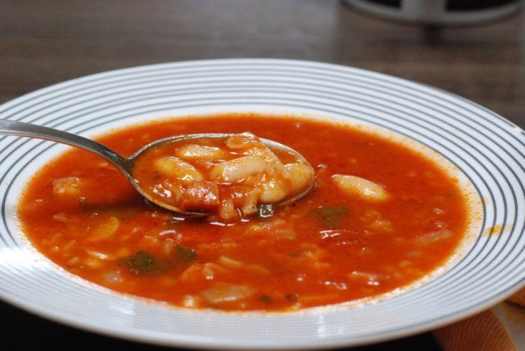 Fotorecept: Pikantná rajčinová polievka s fazuľou a klobáskou